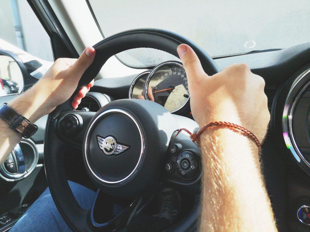 Photo d'un élève en cours de conduite - Positionnement des mains